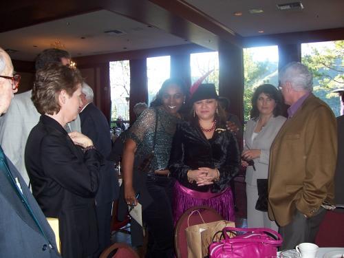 Con varios invitados, con abrigo marrón, nuestro amigo Rogelio Martinez.