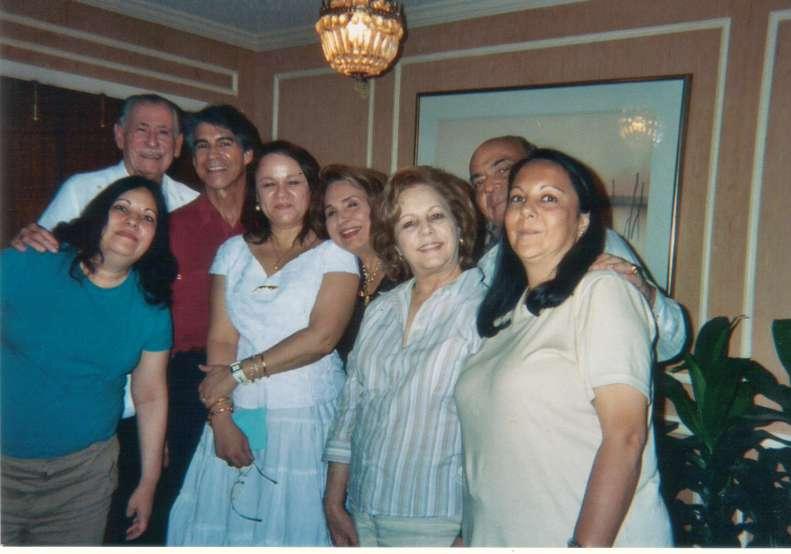 Roberto Fernández Miranda, Roberto Batista Fernández, Adelita, Fulgencio Rubén Batista y Godínez, Carmen, su esposa e hijas, y yo, en julio del 2005, en Miami, en la casa de Rubén.