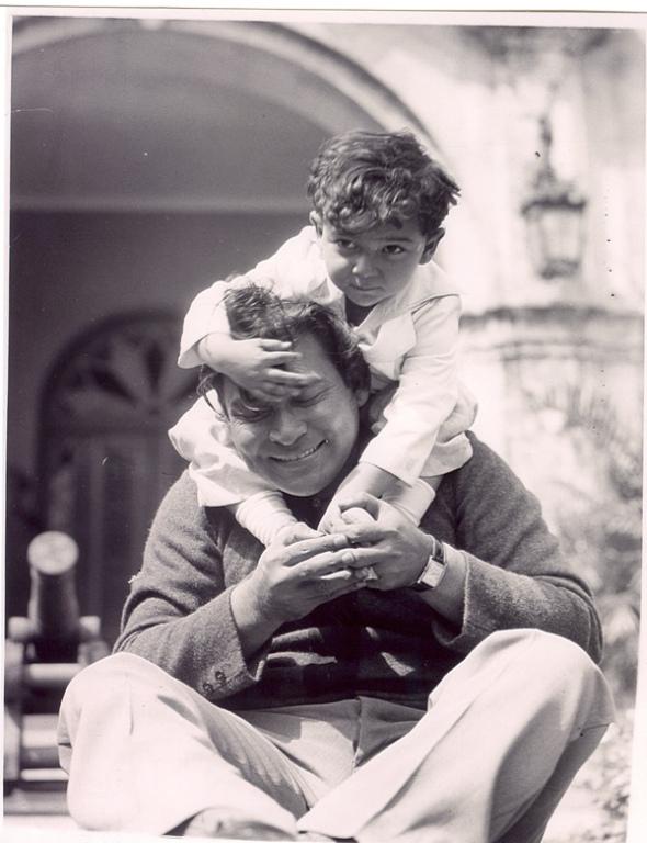 El Coronel Batista disfrutando un rato de esparcimiento en el jardin con su hijo Fulgencio Rubén. Tomada de Cuba Republicana.
