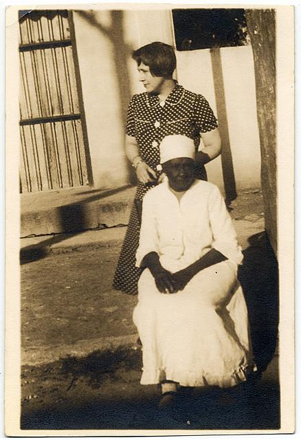 Lydia Cabrera con iyalocha Odedei, en el reparto Pogolotti en Cuba.