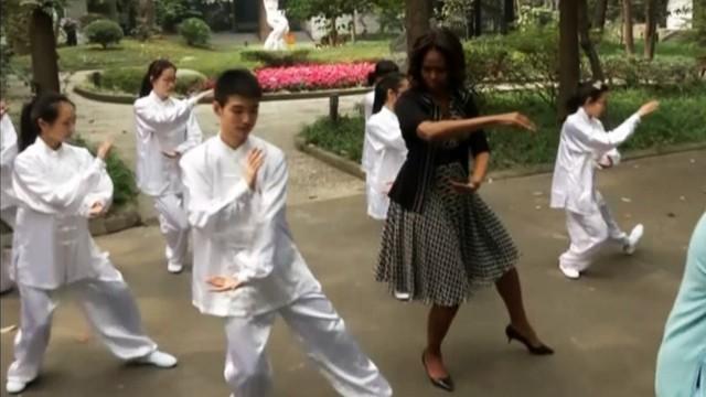Michelle Obama haciendo taichi con tacones ilusión