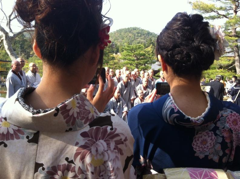 Maikos y Monjes en Kyoto. Foto Attys Luna Vega Valdés
