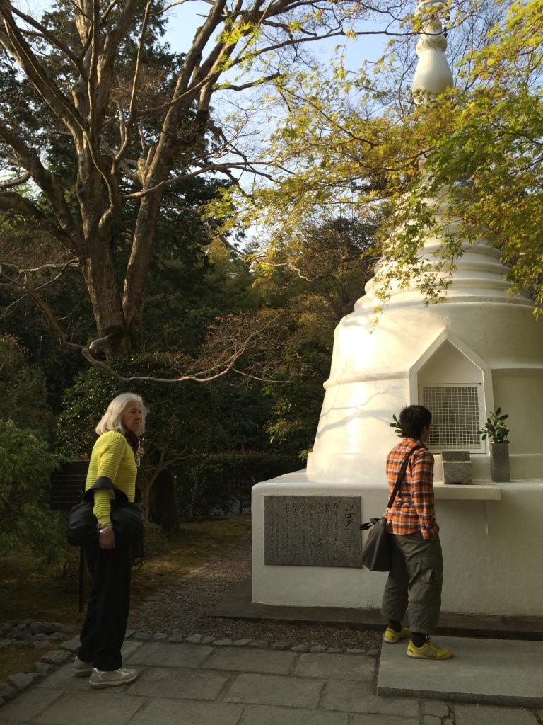 Miriam Gómez contempla al Buda Blanco de Kyoto