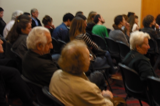 El mismo personaje, el canoso, en la conferencia en la que participé en esta Feria, en la Sala Adolfo Bioy Casares