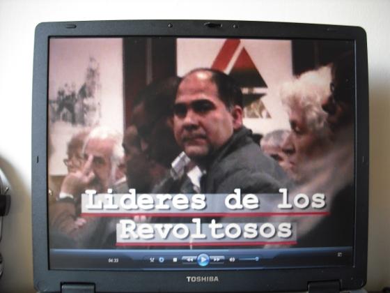 Vean al hombre canoso durante la presentación que recordarán del libro de Hilda Molina