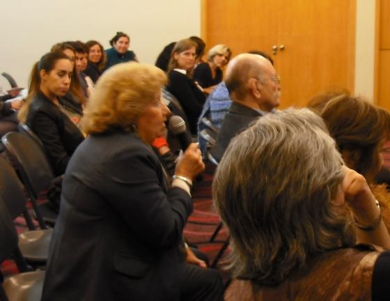 La señora mientras hacía la famosa pregunta; sentado delante de ella el anciano del bastón