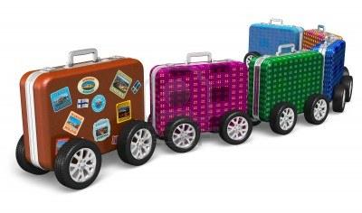 14629576-viaja-por-todo-el-mundo-y-tren-concepto-de-turismo-de-maletas-de-viaje-con-las-etiquetas-de-color-de
