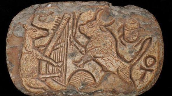 amuleto-adornado-con-una-fabula-animal-danza-de-un-toro-frente-a-un-asno-arpista-esteatita-finales-del-imperio-nuevo-o-ter (1)--644x362