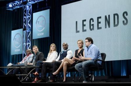 """Miembros del cast y el productor ejecutivo de la serie """"Leyends"""" participan en un panel de críticos de televisión en Beverly Hills"""