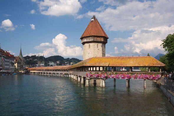 Lucerna el puente Kapellbrücke y la torre Wasserturm