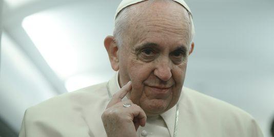 4531775_3_4e3c_le-pape-francois-dans-l-avion-qui-le-ramene_27c60ef01dff9af2eff6b05843deca31