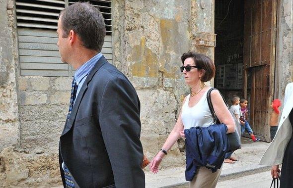 Roberta Jacobson por las calles de La Habana