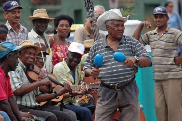 d10fd_un_grupo_de_musicos_toca_en_una_calle_de_santiago_de_cuba_en_la_region_oriental_de_la_isla_efe