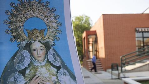 29/06/2015  Aravaca Madrid. Retirada de una imagen de la virgen de un centro de mayores Foto Isabel Permuy ARCHDC