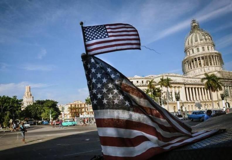 Bandera USA con el Capitolio de fondo.