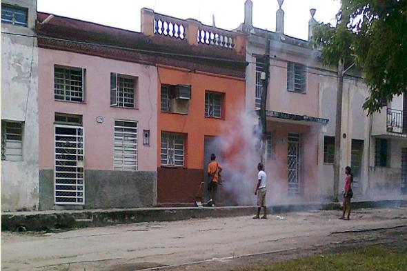 dengue-Fumigación-a-domicilio-con-motomochila-Foto-Alejandro-Tur1