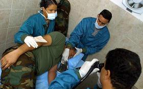 medicos-cubanos-atienden-a-un-soldado-venezolano-en-el-fuerte-tiuna-de-caracas-en-esta-foto-de-archivo_menu