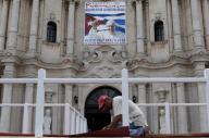 El Vaticano dijo el jueves que espera que el viaje del Papa Francisco a Cuba ayude a poner fin a un embargo de Estados Unidos contra la isla que ya lleva 53 años, y que dé pie a más libertad y derechos humanos en el país caribeño. En la foto, un trabajador despliega una alfombra en uno de los podios cerca de la catedral de Habana con ocasión de la visita del Papa a Cuba, el 17 de septiembre de 2015. REUTERS/Carlos Garcia Rawlins