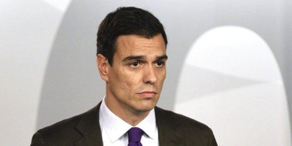 """GRA144. MADRID, 01/08/2014.- El secretario general del PSOE, Pedro Sánchez, ha comparecido hoy en rueda de prensa para hacer una revisión de la gestión del Ejecutivo en los primeros seis meses del año, en el que es su primer balance como líder de la oposición. Sánchez ha asegurado que la reforma fiscal aprobada hoy por el Gobierno es """"injusta"""" porque está """"pensada y creada"""" para las rentas altas, y """"anticipa nuevos recortes en los pilares del Estado del bienestar"""". El líder socialista ha afirmado que el Gobierno, con la aprobación de la reforma fiscal, da un paso más en """"el desmantelamiento"""" del Estado del bienestar, ya que como consecuencia de ella se tendrán que hacer """"recortes en sanidad y educación"""". EFE/Paco Campos"""