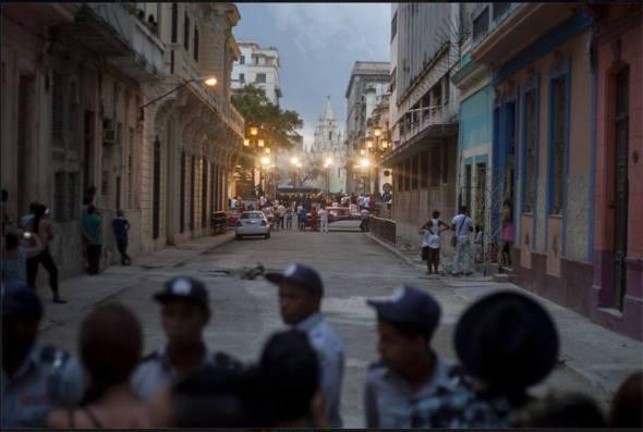 Un barrio entero cerrado al pueblo. La policía impide la entrada del pueblo a las cercanías donde desfila Chanel