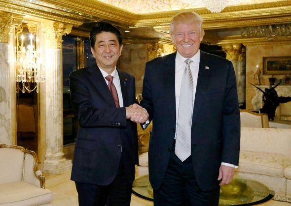 965951-le-premier-ministre-japonais-shinzo-abe-g-recu-par-le-president-americain-elu-donald-trump-le-18-nov
